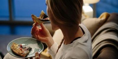 خطورة تناول الطعام قبل النوم مباشرةً