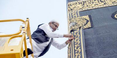 السعودية تنتهي من إسدال ثوب الكعبة المشرفة