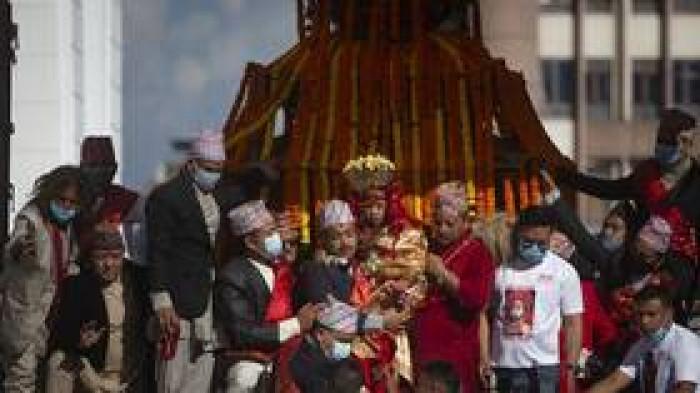 """الآلاف يحتفلون بقلب العاصمة النيبالية بعيد """"إندرا جاترا"""""""