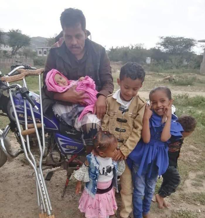محصل حوثي يحتجز معاقًا في إب