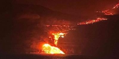 """سيل الحمم البركانية الثائر من """"لا بالما"""" يصل البحر"""