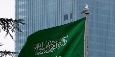 سعوديون يقبلون على شراء أسلحة نادرة بمعرض بالمملكة