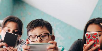 دراسة تحذّر من جلوس الأطفال على الهواتف فترة طويلة