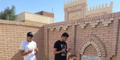 من أمام قبره.. رانيا محمود ياسين تحيي الذكرى الأولى لرحيل والدها