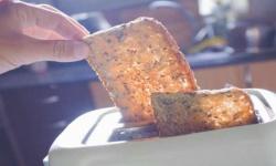 دراسة حديثة تُحذّر من تحميص الخبز وتناوله صباحًا