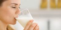 أهمية تناول كوب من الحليب قبل النوم